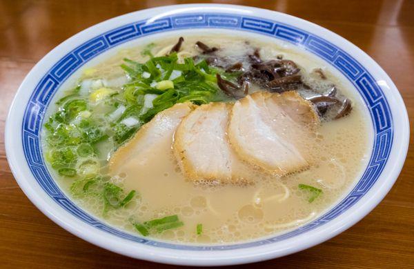福岡市郊外に位置する、地域密着型の超人気ラーメン店です。スープは油分少なめでライトな仕上がり、代わりにちょっと塩分強めないう印象。インパクトはそんなに強くないものの、食べる程にもっと食べたくなるような後引く美味しさがたまりません。そして個人的には、ここの盛り付けが凄く好き。シンプルだけど美しく、出てきた瞬間に「そうそう、こういうラーメンが食べたかったんだよね」と思わず心の中で頷いてしまいました。元気良く愛想のいいスタッフの皆さんをはじめ、活気ある店内の雰囲気も素敵。今回紹介するラーメンの中でもベスト3には入れたい。